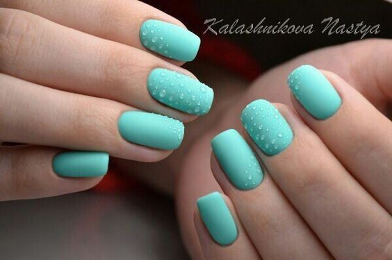 Matowe turkusowe paznokcie