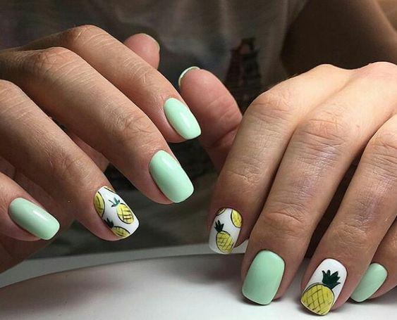Miętowe paznokcie z ananasami