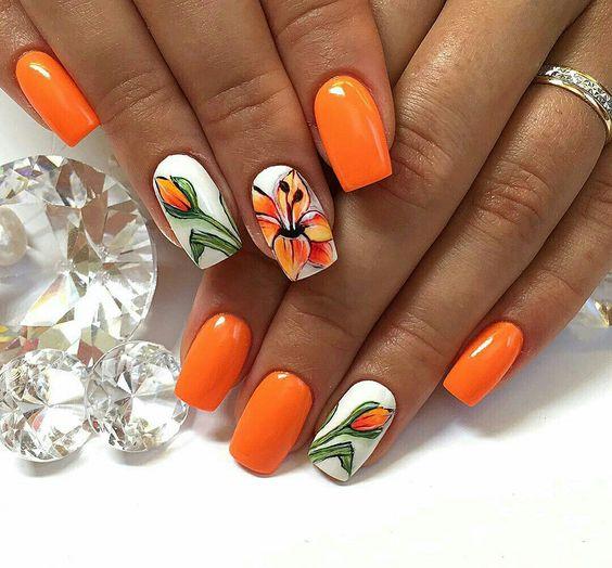 Pomarańczowe paznokcie z kwiatkami