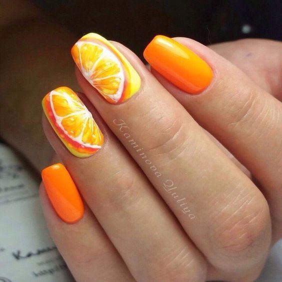 Pomarańczowe paznokcie z owocami