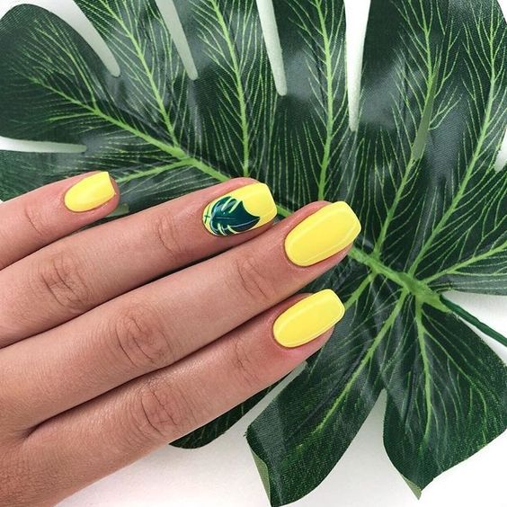 Żółte paznokcie z motywem liści