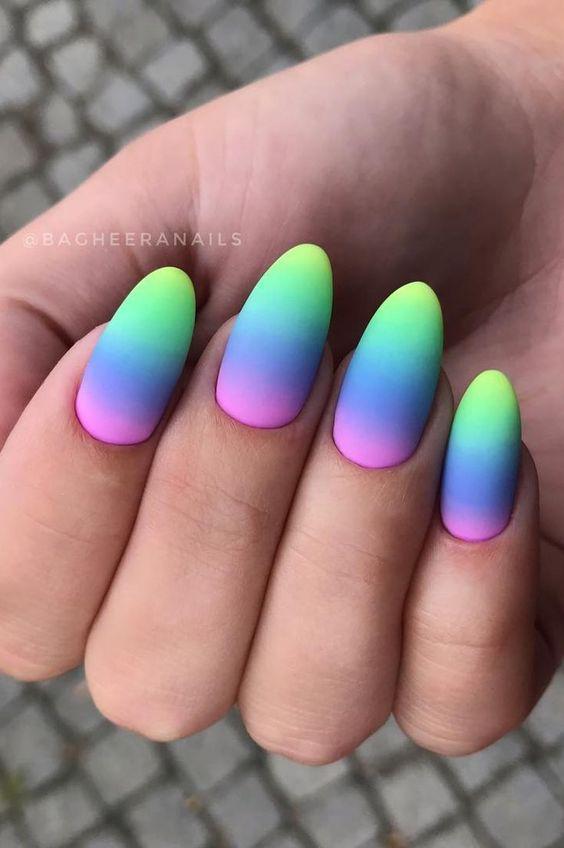 Tęczowe ombre na paznokciach