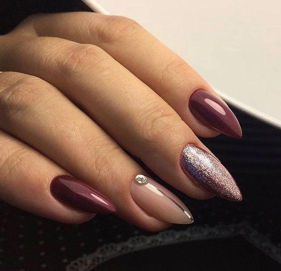 Bordowe paznokcie z brokatem 2019