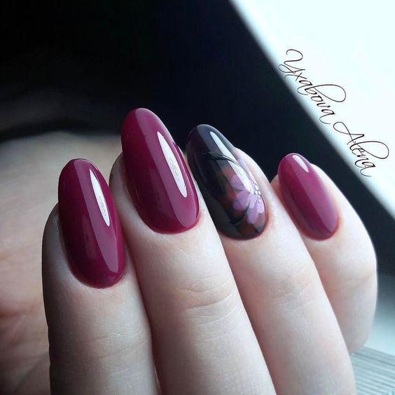 Bordowe paznokcie z kwiatem