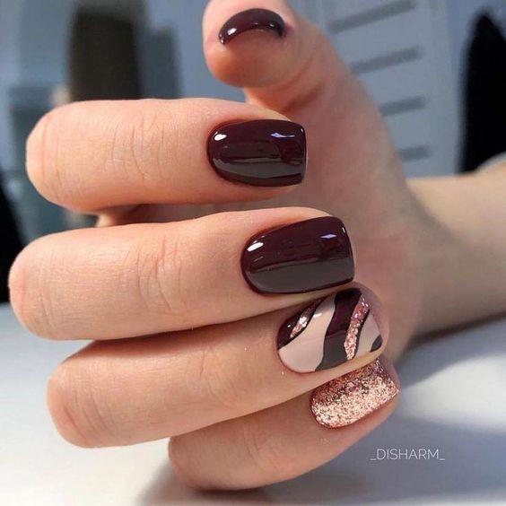 Bordowe paznokcie ze złotymi wzorkami