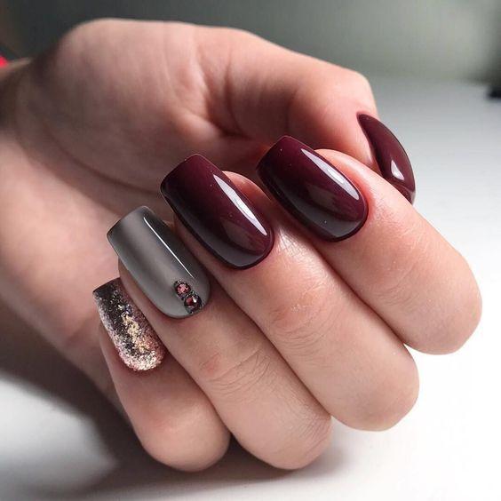 Bordowo złote paznokcie