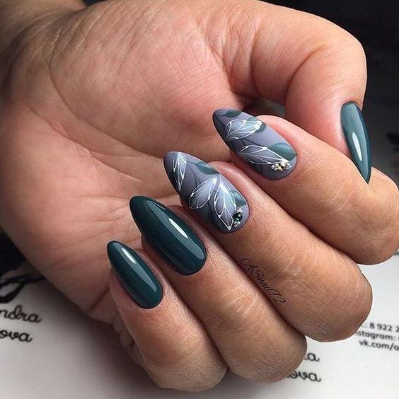 Ciemnozielone paznokcie z wzorkami