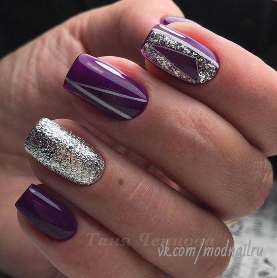 Fioletowe paznokcie z brokatowymi zdobieniami