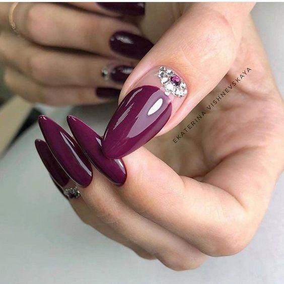 Fioletowe paznokcie z cyrkoniami