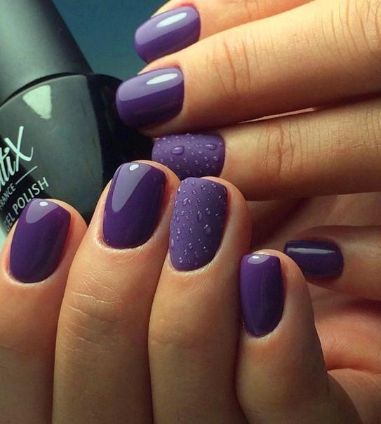 Fioletowe paznokcie z kropelkami