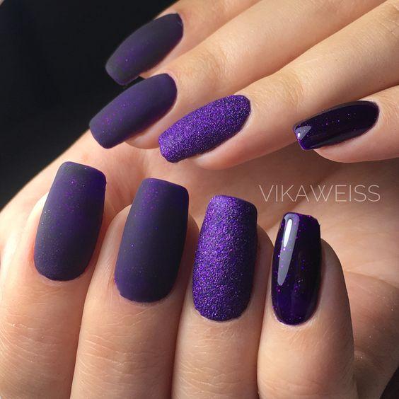 Matowe fioletowe paznokcie z brokatem