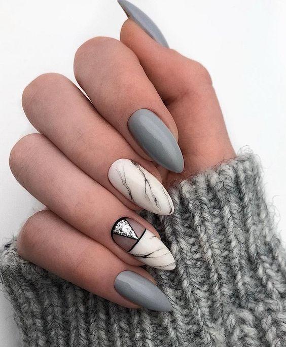 Szare paznokcie z marmurem