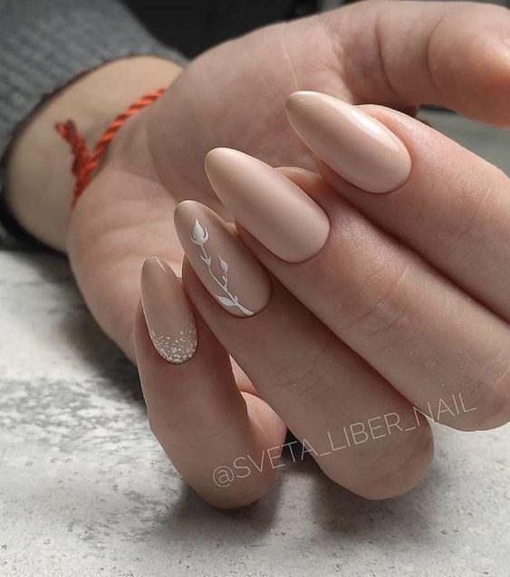 Beżowe paznokcie z kwiatkiem