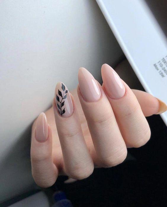 Beżowe paznokcie z liściem