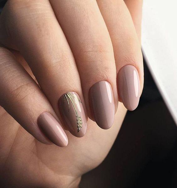 Beżowe paznokcie z listkiem