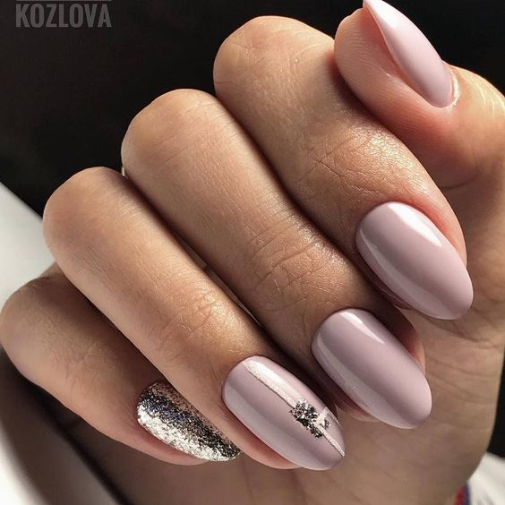 Beżowe paznokcie ze złotym brokatem
