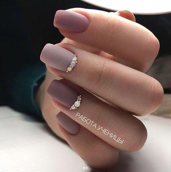 Beżowy manicure na jesień