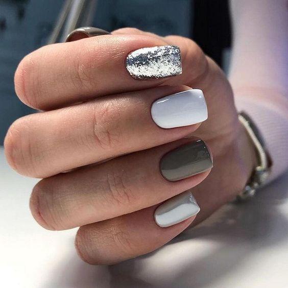 Biało szare paznokcie z brokatem