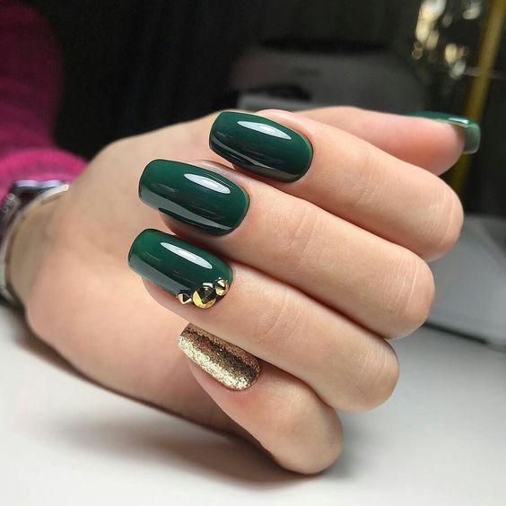 Butelkowa zieleń na paznokciach 2019