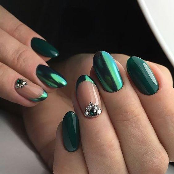 Butelkowa zieleń na paznokciach z pyłkiem