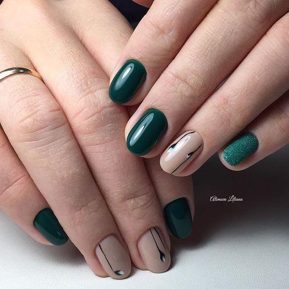 Butelkowa zieleń na paznokciach z wzorkami