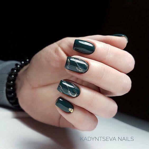 Ciemnozielony manicure na jesień