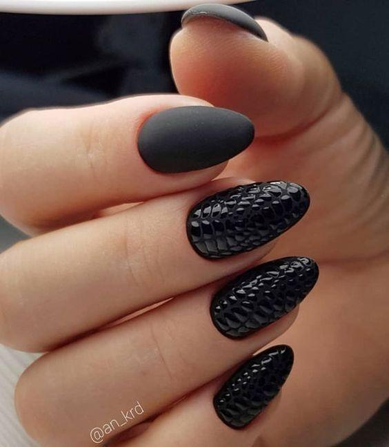 Czarne paznokcie ze zdobieniem