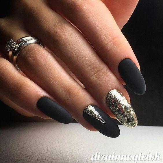Czarne paznokcie ze złotem