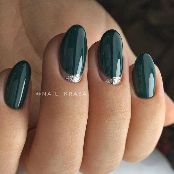 Delikatne ciemnozielone paznokcie