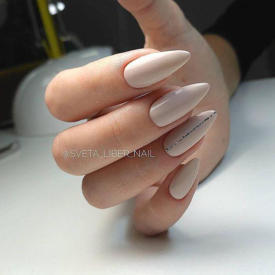 Inspiracje na beżowe paznokcie