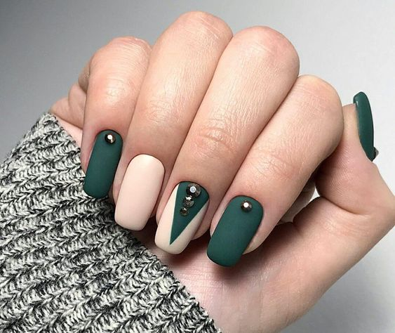 Matowe paznokcie w kolorze butelkowej zieleni