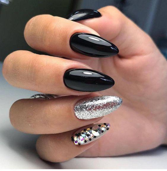 Srebrno czarne paznokcie