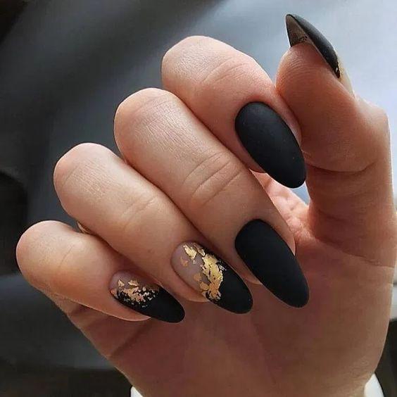 Złoto czarne paznokcie