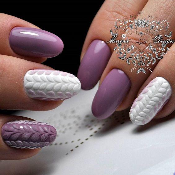 Biało fioletowy sweterek na paznokciach