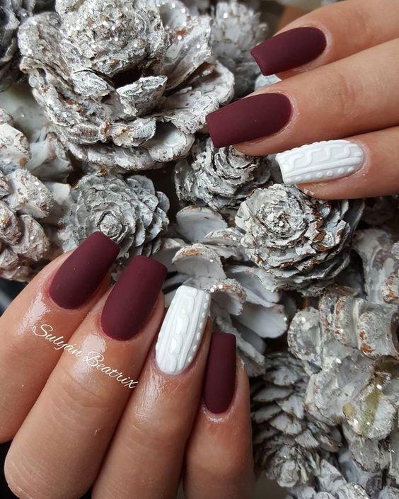 Bordowo białe sweterki na paznokciach