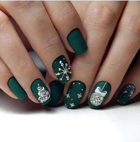 Butelkowa zieleń na paznokciach na święta
