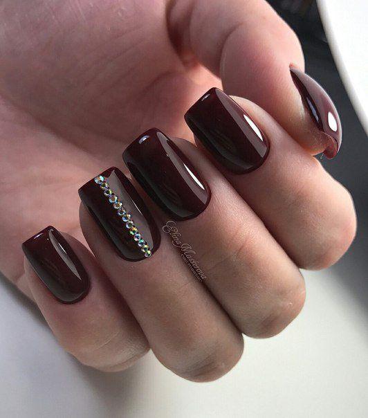 Ciemne paznokcie z cyrkoniami