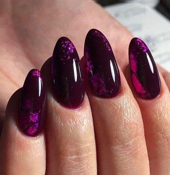 Ciemno fioletowe paznokcie