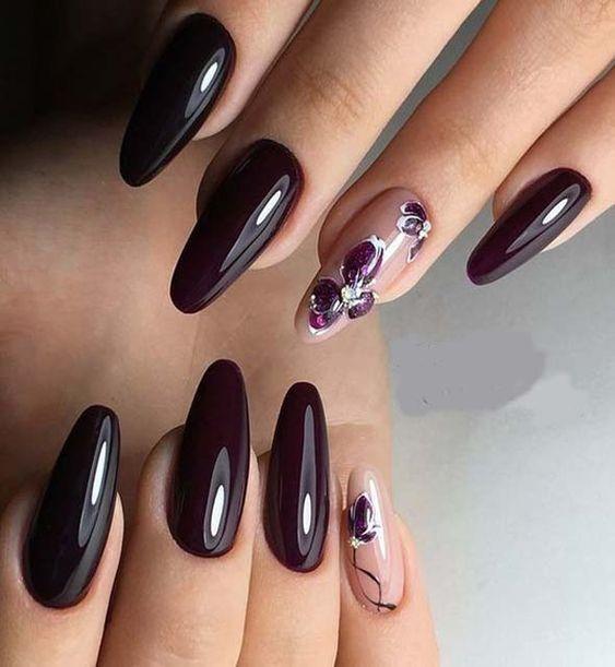 Ciemnobrązowe paznokcie z wzorkami