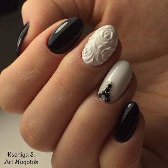 Czarne paznokcie z białym sweterkiem