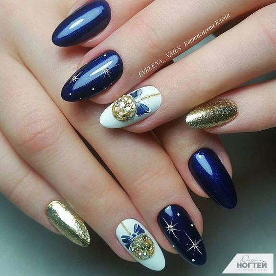 Granatowe paznokcie ze świątecznymi wzorkami