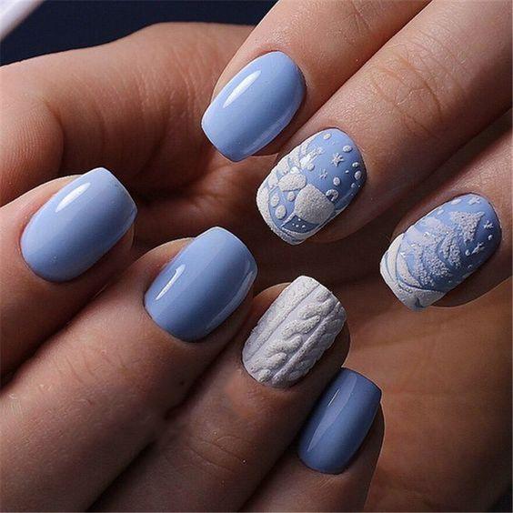 Sweterki na niebieskich paznokciach
