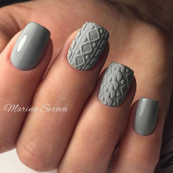 Szare paznokcie ze sweterkami