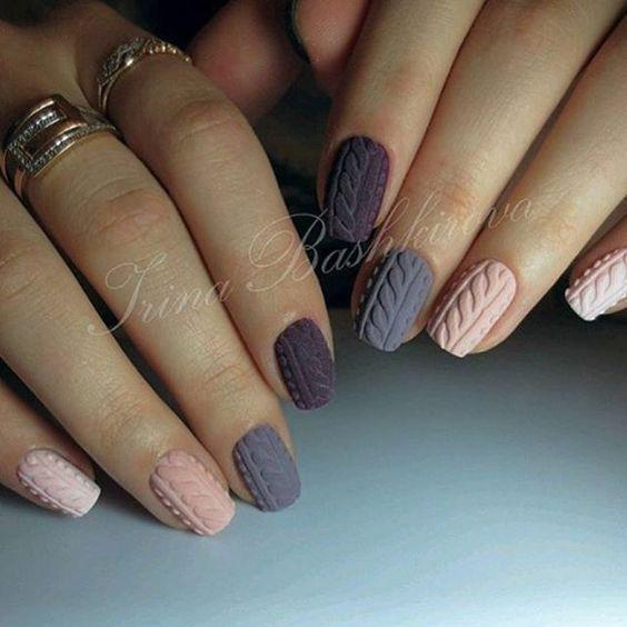 Szaro różowe sweterki na paznokciach