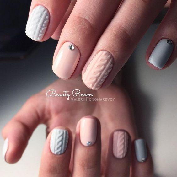 Szaro różowy sweterek na paznokciach