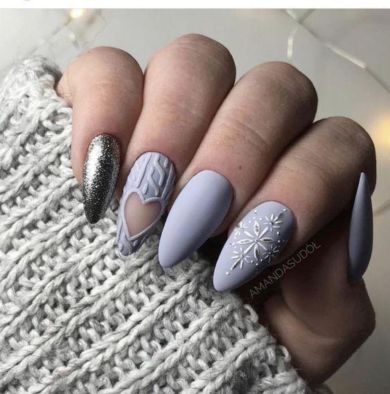 Szary sweterek na paznokciach