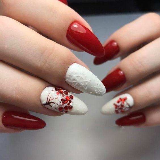 Biało czerwone paznokcie na zimę