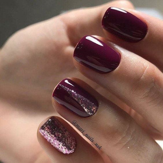 Bordowe paznokcie z brokatem na Sylwestra