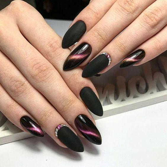 Czarne paznokcie z kocim okiem