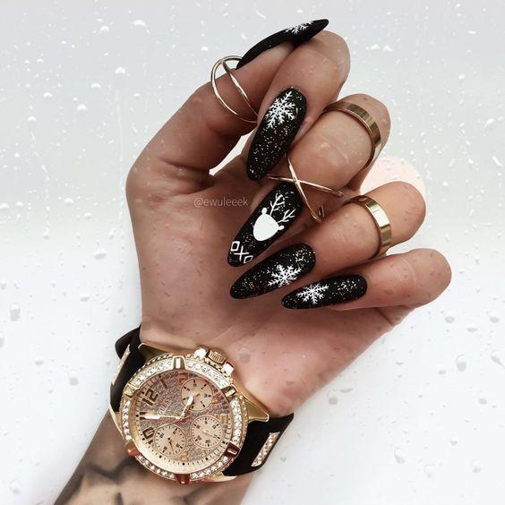 Czarne paznokcie z wzorkami na zimę